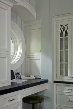 Built In Hutch - Design photos, ideas and inspiration. Amazing gallery of interior design and decorating ideas of Built In Hutch in dining rooms, kitchens by elite interior designers. Transitional Living Rooms, Transitional Decor, Transitional Kitchen, Kitchen Desks, Kitchen Nook, Built In Hutch, Interior And Exterior, Interior Design, Interior Trim