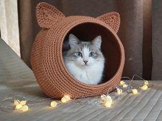 Crochet Home, Crochet Crafts, Crochet Projects, Cat Accessories, Crochet Accessories, Crochet Motifs, Crochet Stitches, Gato Crochet, Pet Beds
