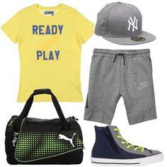 Grigio e giallo per questo outfit da basket: T-shirt a maniche corte, bermuda di felpa, sneakers alte bicolore con lacci a contrasto, berretto a tinta unita, borsone sportivo.