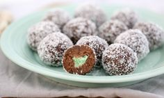 Be delighted by the surprise minty centre of these deliciously simple and no-bake chocolate balls. This is a great recipe for class Christmas parties, neighbourhood get-togethers… Xmas Food, Christmas Cooking, Christmas Treats, Christmas Parties, Christmas Recipes, Christmas Truffles, Christmas Biscuits, Holiday Snacks, Christmas Lunch
