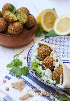 Incroyable, il n'y a pas de recette de falafels sur mon blog !!! Mais comment est-ce possible ? Je ne sais pas les ami·es, je ne sais pas… Quoi qu'il en soit, réparons cette erreur, cet oubli, de ce pas ! Les falafels, c'est pour beaucoup l'option veggie/végane qui sauve la vie dans les kebabs, et qu'on retrouve aussi souvent dans les restos libanais. Les falafels sont une spécialité du moyen orient, à base de pois chiche et/ou de fèves. Les recettes sont différents selon les pays : Liban, ...