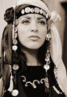 Kurdish+women+singer+zara Persian Dress, Romeo And Juliet Costumes, The Kurds, Tribal Costume, Turkish Beauty, Ethnic Fashion, Photojournalism, Famous Faces, People Around The World