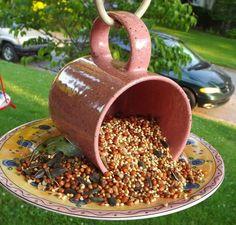 Para um comedouro de passarinhos: Cola uma caneca em um prato. A alça servirá para pendurar em um local seguro, livre dos predadores e de preferência, na sombra. (: