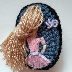Háčkovaná brož pro malé parádnice Crochet Dolls, Crochet Hats, Winter Hats, Knitting Hats