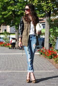 Lookbookstore  Chalecos, H  Camisas / Blusas and Love Moschino  Bolsos