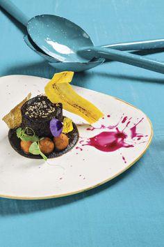 Pato al mole negro con penacho de plátano, arroz y maíz
