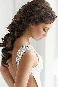 halboffene Brautftiur für lange Haare mit großen Locken und Pony