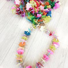 Yukari WatanabeさんはInstagramを利用しています:「#お花 の#ネックレス 簡単でかわいい💕お花のネックレス・:*:✿ 在園児から 卒園児にプレゼントします❁*ஐ❀ #お別れ会 #保育#手作りおもちゃ#保育園#保育士#nurture#nurseryteacher#handmade #handmadetoy#100均…」 Diy And Crafts, Crafts For Kids, Arts And Crafts, Diy For Kids, Cool Kids, Class Projects, Diy Toys, Flower Crafts, Paper Flowers