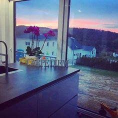 Gestern Abend hatten wir echt ein super Blick aus dem Esszimmer und der Küche! Dafür lieben wir die Entscheidung mit dem großen Fenster in der Küche 😃   Ach ja, der Orchidee die wir für ein Schnäppchenpreis bei Obi gekauft hatten gehts wunderbar wie ihr seht❤  #Hausbau #Haus #Aussicht #Küche #Esszimmer #sonnenuntergang #Taunus #Bauherrren #Außenanlage #spüle #design #interior #innenarchitektur #fenster #Bau #traumhaus #neubaugebiet #bauherren2017 #Hessen