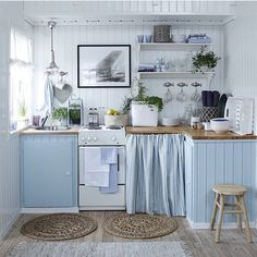 This relaxing sea side cottage kitchen: nice decor for a small kitchen Beach Theme Kitchen, Kitchen Themes, Kitchen Decor, Aqua Kitchen, Turquoise Kitchen, Kitchen Colors, Kitchen Designs, Cozy Kitchen, Kitchen Linens