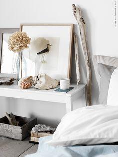 Det finns väl inget mer rofyllt än att somna in med det svaga suset av hav i öronen. Inspirerade av strandens milda och harmoniska färgskala inreder vi sovrummet med lena naturmaterial och sandigt beiga toner.