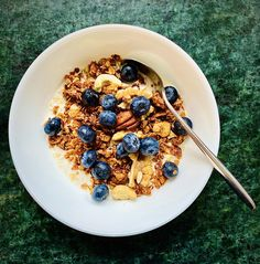 Ein selbstgemachtes Granola mit Maca Cacao schmeckt immer gut 😋 Superfood, Granola, Oatmeal, Breakfast, Recipes, Diy Home Crafts, Almonds, The Oatmeal, Morning Coffee