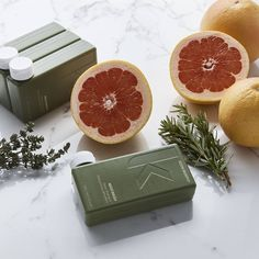 MAXI.WASH contains Grapefruit, Thyme and Rosemary Extracts to protect the hair, preserve color, and balance oily skin and hair.