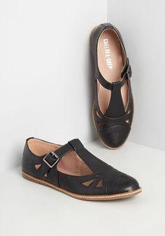 1960s Fashion: What Did Women Wear? 1950s Fashion Shoes, 1940s Shoes, 40s Fashion, Vintage Inspired Shoes, Vintage Style Shoes, Kitten Heel Pumps, Pumps Heels, Rockabilly Shoes, T Strap Flats