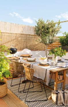 Aménager sa terrasse avec style en matériaux naturels - PLANETE DECO a homes world Outdoor Furniture Sets, Outdoor Decor, Balcony Decor, Patio Furniture, Terrace Design, Fence Decor, Patio Decor, Rustic Backyard, Outdoor Dining
