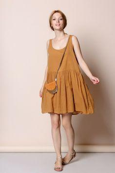 100% coton Robe sans manches en voile de coton. Volume ample, découpe et fronces à la taille, entièrement doublée. Encolure ronde dégagée dos et devant. des petits hauts