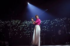 Harry Styles 'Fine Line' Concert at Forum in L. Harry Edward Styles, Harry Styles Mode, Blackpink Concert, Dream Concert, Concert Stage, Harry Styles Pictures, Music Pictures, Concert Outfit Winter, Whatever Forever