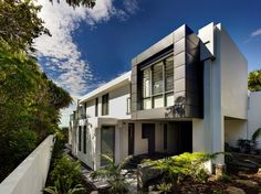 A fascinating modern concrete house on Wategos Beach, Australia