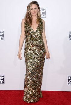 American Music Awards 2015 : les looks du tapis rouge Vanity Fair, One Direction, American Music Awards 2015, Alicia Silverstone, Gold Dress, Red Carpet Fashion, Jennifer Lopez, People, Glamour