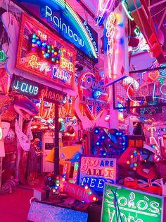 Ne znam zašto, ali se baš ložim na ove svetiljke. Rainbow Aesthetic, Neon Aesthetic, Aesthetic Room Decor, Aesthetic Collage, Retro Wallpaper, Aesthetic Pastel Wallpaper, Aesthetic Wallpapers, Bedroom Wall Collage, Photo Wall Collage