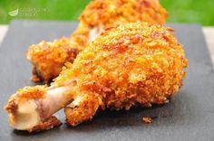 Le cosce di pollo ai Corn Flakes sono gustose coscette di pollo cotte nel forno con una panatura a base di Corn Flakes, che diventa croccantissima, quasi come se il pollo fosse fritto.
