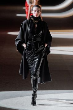Saint Laurent Fall 2020 Ready-to-Wear Fashion Show Collection: See the complete Saint Laurent Fall 2020 Ready-to-Wear collection. Look 57 La Fashion Week, Fashion Now, Vogue Fashion, Fashion 2020, Star Fashion, Fashion Addict, Paris Fashion, Fashion Brands, Saint Laurent