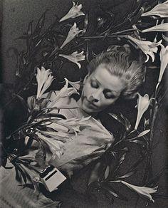 thedoppelganger:    Salut de Schiaparelli,Ilse Bing,1934