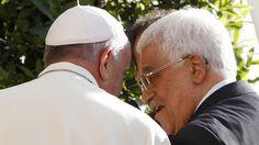 El Papa Francisco recibe a Mahmoud Abás en su residencia.