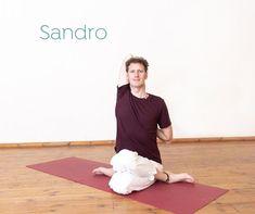 Seit dem zweiten Märzwochenende sind alle Yogastudios als Prävention vor dem Corona-Virus geschlossen. Neben all den negativen Auswirkungen und Ängsten ist es eine riesige Chance einen Schritt selbständiger zu werden und eine eigene Yogapraxis zu etablieren!  Um dir die Umstellung zu deiner eigenen Yogapraxis zu erleichtern gibt Sandro dir eine einfache Anleitung für dein Yoga at Home.  In diesem Blogartikel erfährst du: 💙 Welcher Zeitpunkt eignet sich am besten zum Üben? 💙 Welche… Yoga Kurse, Trainer, Sandro, Videos, Normcore, Instagram, Style, Corona, Yoga Teacher