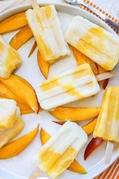 Mango Lassi Popsicle & 18 other great summer popsicles Lemon Popsicles, Healthy Popsicles, Healthy Snacks, Homemade Popsicles, Homemade Ice, Healthy Popsicle Recipes, Healthy Recipes, Frozen Desserts, Frozen Treats