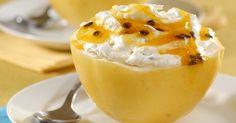 Nesta receita, tudo se aproveita: as cascas do maracujá utilizado no sorvete viram taças para servir o doce. Clique na IMAGEM para ver a receita