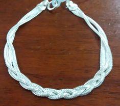 7275da55541 Pulseira de prata com 3 fios e tranca no meio. Peso medio  4