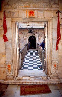 Deshnoke temple dédié à karni mata Temple India, Art Village, Rajasthan India, Beautiful Buildings, Temples, Desi, Jay, Travel Photography, Around The Worlds