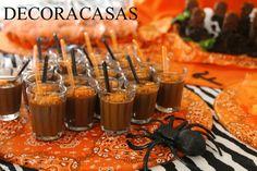 Os brigadeiros de copinho também podem entrar no clima do Halloween: basta adicionar açúcar laranja à finalização e usar colheres nos tons da festa (preto e laranja). O toque de charme a mais fica por conta dos copos de vidro, de cachaça.