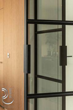 Prachtige handgreep op stalen deuren met getint glas #handgreep #stalendeuren #glas Room, Furniture, Home Decor, Homemade Home Decor, Rooms, Home Furnishings, Decoration Home, Arredamento, Interior Decorating