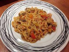Γιουβέτσι με μανιτάρια πιπεριές και καρότα!!! Υλικά: 1 πακέτο κριθαράκι 2 κονσέρβες μανιτάρια τεμαχισμένα 3 καρότα κομμένα σε κυβάκια 3 πολύχρωμες πιπεριές κομμένες σε κυβάκια 1 κρεμμύδι ψιλοκομμένο 2 σκελίδες σκόρδο ψιλοκομμένο 1 ποτηράκι κρασί λευκό 1 κονσέρβα ντοματάκια κονκασε 1 κ.σ πελτέ 1 φλ. τσαγιού ελαιόλαδο Αλάτι-πιπέρι Εκτέλεση: Σε μια κατσαρόλα ζεσταίνουμε το ελαιόλαδο …