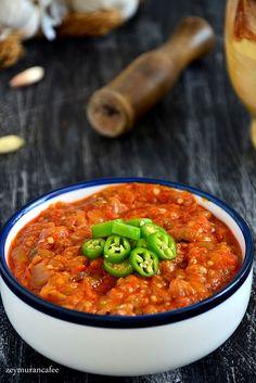 Patlıcan döğmeç tarifi et ve tavuk yemeklerinin yanında ve kahvaltı sofrasında ikram edebileceğiniz nefis bir soğuk ya da sıcak  olarak yenebilecek bir meze tarifidir