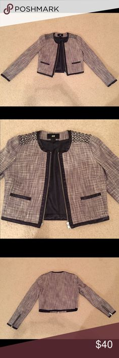 """H&M Black and White Embellished Tweed Jacket US 4 H&M Black and White Embellished Tweed Jacket US 4. H&M runs small so this fits more like a US 2. See measurements below. Cropped fit. Has 3/4 length sleeves, 2 front pockets, bejeweled embellished shoulders and lined inside. Underarm to underarm 16"""". Underarm to cuff of sleeve 16"""". Length 16"""". Great wardrobe staple for work, to wear over sleeveless dresses, or for dress up a casual weekend outfit. In excellent condition. Barely worn. H&M…"""