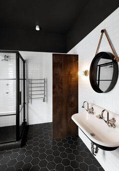 PISO - O estilo industrial e retrô deste banheiro ganhou mais profundidade com os hexágonos pretos aplicados no piso.
