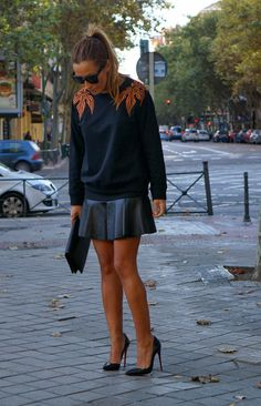 CON DOS TACONES: SWEATSHIRT by JUANJO OLIVA - outfit - leather skirt