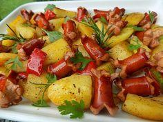 Oškrábané brambory a cibuli nakrájíme na měsíčky. Párky na klínky a na koncích je nakrojíme do kříže. Brambory dáme vařit do vody s octem a... Kung Pao Chicken, Potato Salad, Food And Drink, Pork, Potatoes, Stuffed Peppers, Homemade, Vegetables, Ethnic Recipes