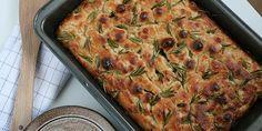 Nem og hurtig opskrift på et virkelig lækkert focaccia brød med rosmarin og salt, der giver en skøn smag og får hele huset til at dufte af Italien.
