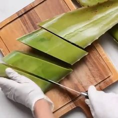 I used to be so obsessed with aloe Vera that I used to find random aloe Vera pla. Diy Aloe Vera Gel, How To Heal Burns, Face Care Routine, Aloe Vera Face Mask, Makeup Eye Looks, Gel Mask, Homemade Skin Care, Tips Belleza, Beauty Hacks
