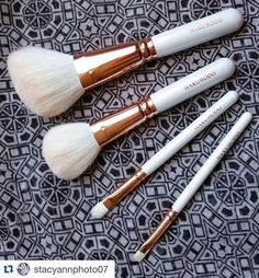 #Repost @stacyannphoto07 with @repostapp.  I'm a believer in function over form luckily the Hakuhodo Snow set brushes have both to spare.  #hakuhodo #fude #japanesefude #fudejapan #white #rosegold #saikoho #makeupbrushes #makeup #love #makeupjunkie #crueltyfreemakeup #crueltyfree #crueltyfreebeauty #crueltyfreecosmetics #blendthatshit #blend #eyeshadow #handcrafted #handmade  #artisanbrushes