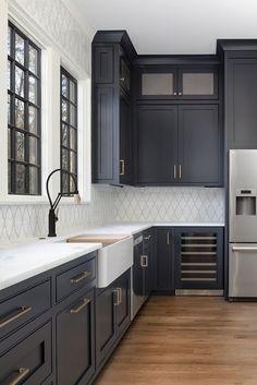 Küchen-Design-Ideen - Home Bunch Interior Design-Ideen - Home Design Dark Blue Kitchen Cabinets, Dark Blue Kitchens, Green Cabinets, Kitchen Black, Painted Kitchen Cabinets, Navy Cabinets, Backsplash With Dark Cabinets, Kitchen Cupboard, Modern Cabinets