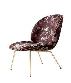 Gubi, Beetle Lounge Chair. Assise revêtue du tissu Jacquard Dedar Silkbird et piètement scarabée en laiton. Repose-pied disponible.