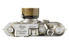 Iconic 'Flag Over Reichstag' Leica III camera to be auctioned at Bonhams : Luxurylaunches Camera Art, Film Camera, Camera Lens, Digital Camera, 35mm Film, Antique Cameras, Old Cameras, Vintage Cameras, Rangefinder Camera