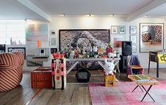 A sala do empresário Houssein Jarouche é recheada de arte e design. Entre as obras, o divertido quebra-cabeça de Vik Muniz, que faz fundo para a mesa de DJ, decorada com toy arts