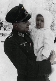 Nazi Officer and child. Yes, this photo is a bit out of place here, but I decided to post it because the baby is so adorable. German Soldiers Ww2, German Army, German Men, Germany Ww2, Creepy Pictures, The Third Reich, Historical Pictures, Luftwaffe, Military Pictures