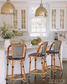 Navy blue & white bistro chairs, pendant lights (design by Victoria Hagan, Elle Decor) Classic Kitchen, New Kitchen, Kitchen Decor, Kitchen White, Kitchen Ideas, Kitchen Pictures, Kitchen Images, Country Kitchen, Warm Kitchen